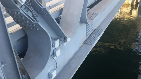 Sensors on the gussetless connection of the bridge truss