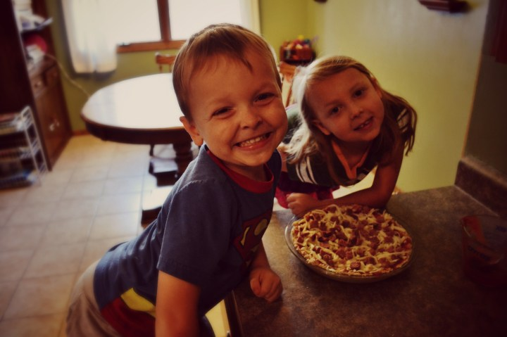 kids with pizza