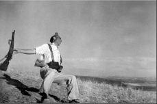 Robert Capa - Falling soldier