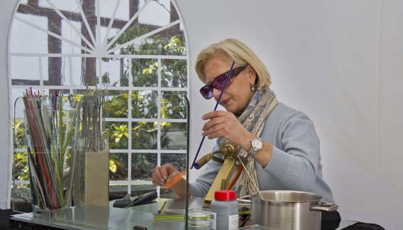 Gabriele Sewening zeigte, wie Glasschmuck hergestellt wird