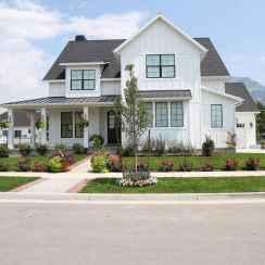 90 Modern American Farmhouse Exterior Landscaping Design (16)