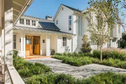 90 Modern American Farmhouse Exterior Landscaping Design (27)