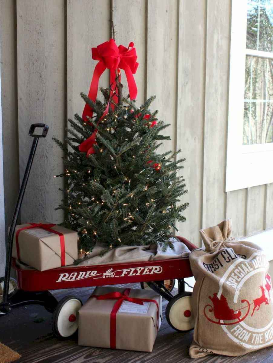 25 Incredibly Christmas Decorations Porch For First Apartment Ideas (10)