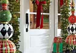 25 Incredibly Christmas Decorations Porch For First Apartment Ideas (22)