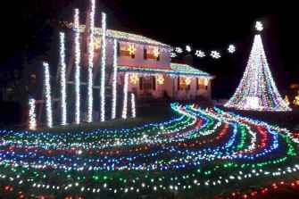 70 Awesome Farmhouse Style Exterior Christmas Lights Decorations (26)