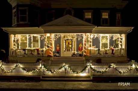 70 Awesome Farmhouse Style Exterior Christmas Lights Decorations (61)