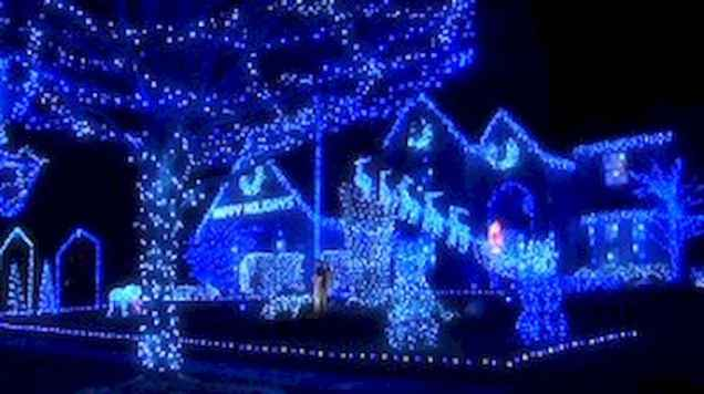 70 Awesome Farmhouse Style Exterior Christmas Lights Decorations (72)