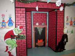 40 Creative DIY Christmas Door Decorations For Home And School (36)