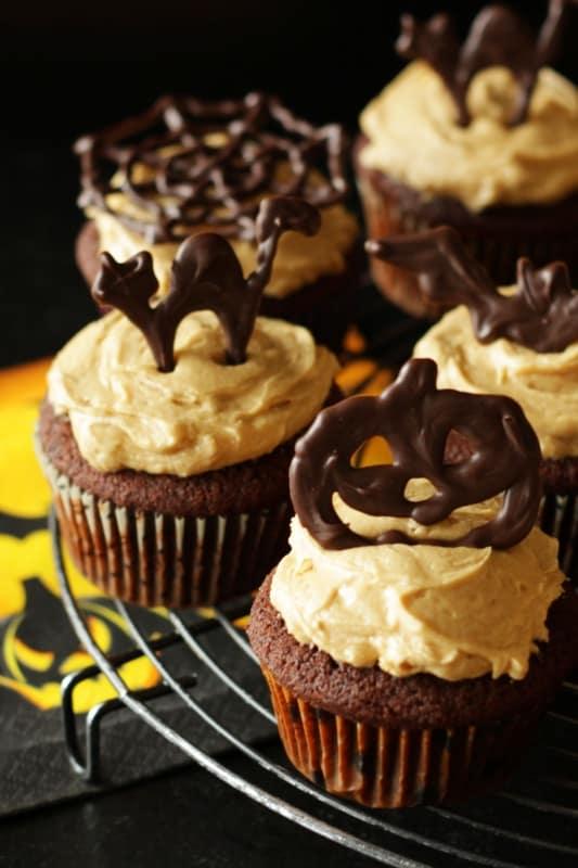 Schoko-Halloween-Cupcakes mit Peanut Butter Buttercreme ~ Living on Cookies