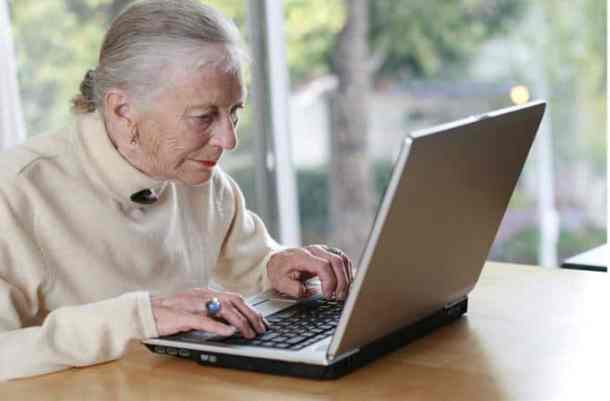 woman-using-computer