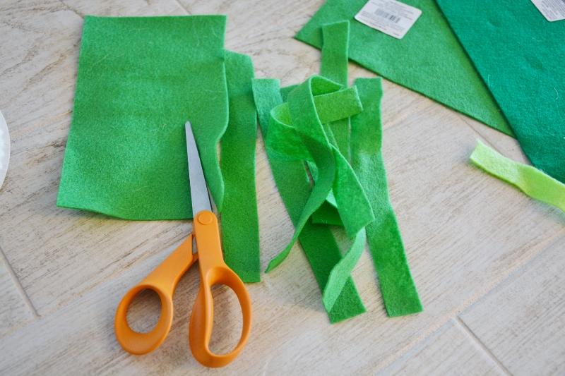 paper plate wreath craft - cut strips of felt