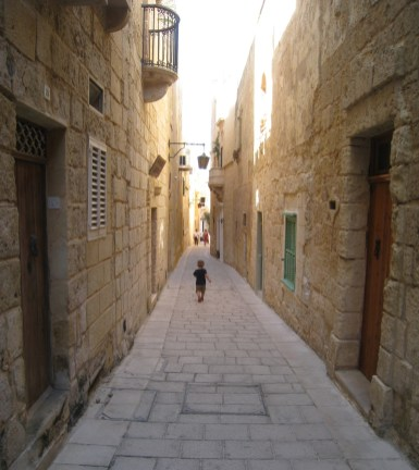 Happy Travels: Where you absolutely should go in Malta. Image of Mdina side streets