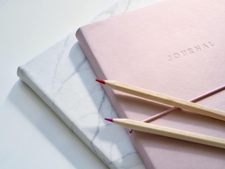 livingprettyhappy.com gratitude.  Image of 2 journals on a table with 2 pencils resting on top