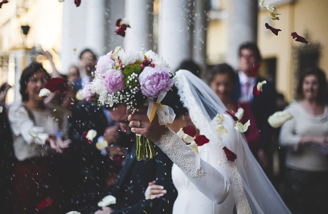 Want to go fall into wedded bliss? Don't put your wedding on credit. One of the worst things to finance is a large wedding. Think again.