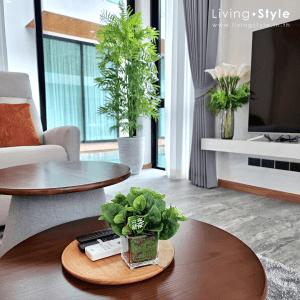 ถาดวางรีโมท ตกแต่งห้องรับแขก ตกแต่งโซฟา โต๊ะโซฟา %%sep%% ตกแต่งบ้าน Livingstyle ดอกไม้ปลอม ต้นไม้ปลอม ดอกไม้ประดิษฐ์ ต้นไม้ประดิษฐ์ ตกแต่งบ้าน