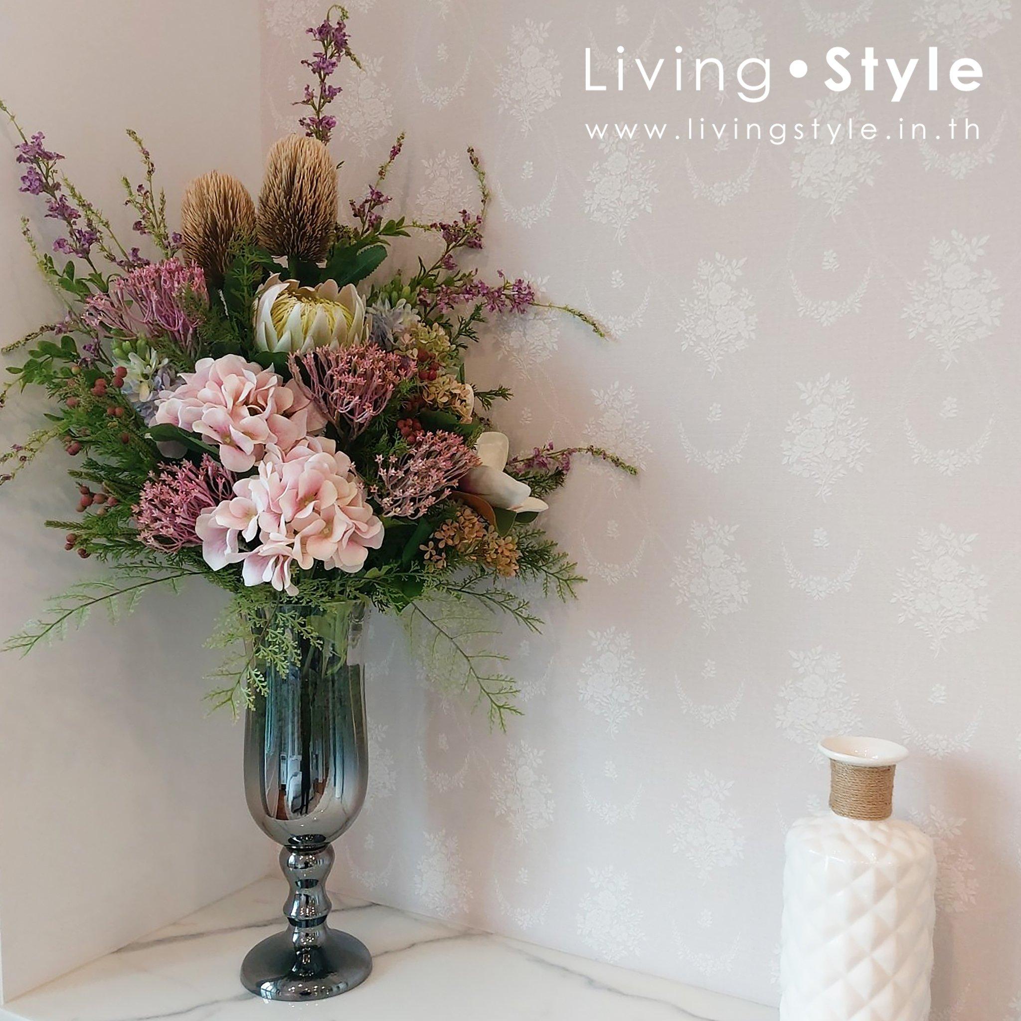 ชุดดอกไม้โทนสีชมพูในแจกันแก้วรมควันทรงสี่เหลี่ยม เพิ่มบรรยากาศบนชั้นวางของ หรือเคาน์เตอร์ด้วยแจกันดอกไม้ สีชมพูสดใส ประกอบด้วยดอกไม้หลากหลายชนิด พร้อมแจกันแก้วรมควันสไตล์โมเดิร์น – เหมาะกับการตั้งในพื้นที่ต้อนรับแขก โถงต้อนรับ Reception Console ต่างๆ – เหมาะกับการตั้งที่ห้องรับแขก ห้องโถงของบ้าน Reception ของออฟฟิศ – เหมาะสำหรับการตกแต่งสไตล์  Contemporary Modern  และสไตล์อื่นๆที่เข้ากัน ขนาด : กว้าง 45 ซม. ยาว 45 ซม. สูง 75 ซม. น้ำหนัก : 1.2 กก. ดอกไม้เทียม ดอกไม้ประดิษฐ์ ดอกไม้ตกแต่งบ้าน ดอกไม้ตกแต่งร้านอาหาร แจกันดอกไม้ ใบไม้เทียม ใบไม้ประดิษฐ์