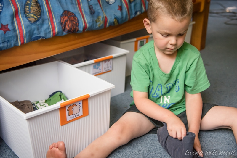 Even small children can keep their clothes neat with this simple organizing kids! Plus free printable labels...