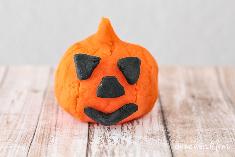 How to make a fun DIY Halloween Playdough Kit for kids. This fun activity is the perfect alternative to candy treats and is great for party favors or even handing out for trick or treat!