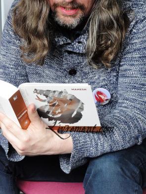 Stefan Platteau lit des extraits de ses livres au salon L'imagina'livres à Toulouse en 2018
