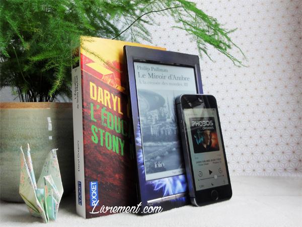 Livres lus durant le mois de mai ; livres mis en scène avec une plante et une grue en papier