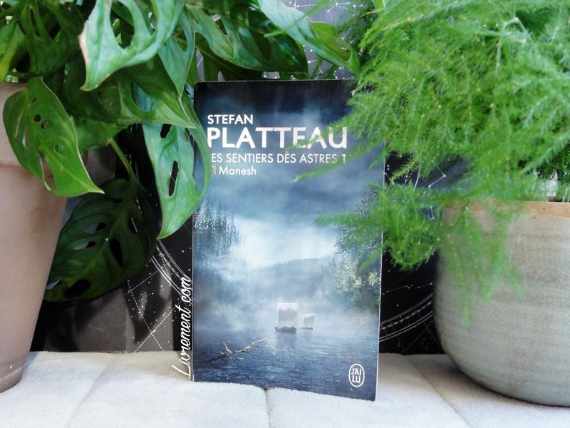 """Mise en scène du livre """"Manesh"""" de Stefan Platteau entouré de plantes"""