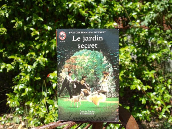 """Mise en scène du roman """"Le jardin secret"""" de Frances Burnett : pris en photo devant une haie végétale"""