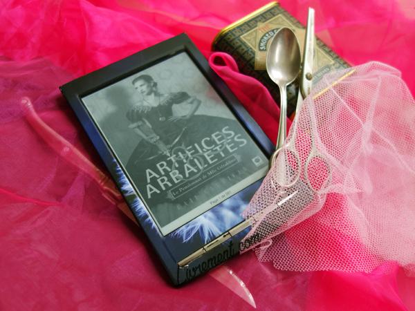 """Mise en scène du roman """"Artifices et Arbalètes"""" de Gail Carriger dans du tulle rose, thé et cuillère, et couteau"""