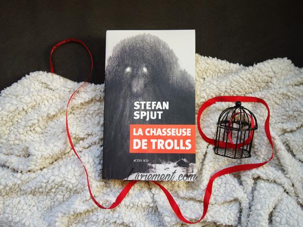 """Mise en scène du livre """"La chasseuse de trolls"""" de Stefan Spjut : plaid pour la neige, une cage pour la chasse et un ruban rouge pour la recherche et le sang"""