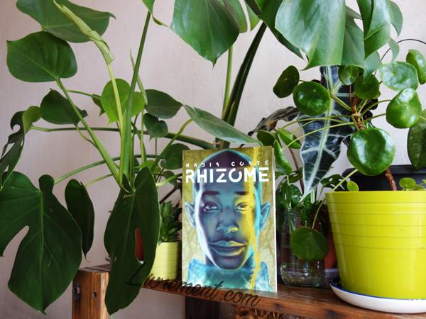 """Roman """"Rhizome"""" de Nadia Coste mis en scène au milieu de plantes"""