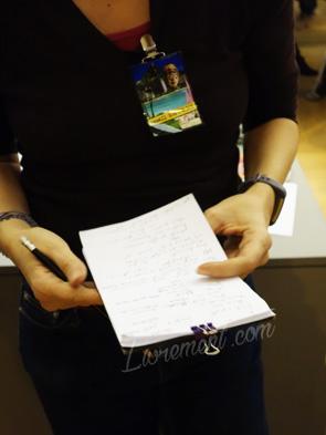 Enquêtrice prenant des notes lors de la detective party de la nuit de la lecture 2019