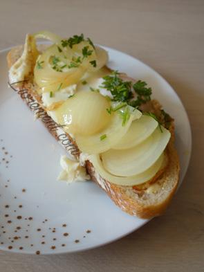 Tartine salée, oeuf, oignon, fromage