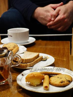 Table avec des gourmandises chez Eurekafé