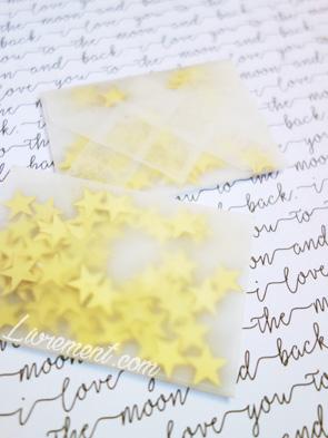 Enveloppe scellée contenant des paillettes dorées