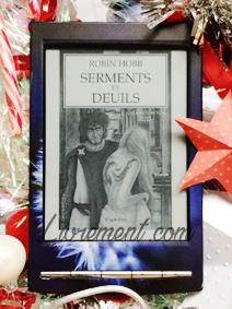 """Photo du roman """"Serments et Deuils"""" de Hobb pris en photo sur une mise en scène de Noël"""