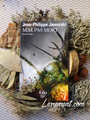 """Mise en scène du roman """"Même pas mort"""" de Jaworski avec des éléments de la nature (mousse, écorce, feuilles séchées)"""