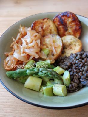 Assiette printanière : pommes de terre, oignons confits, lentilles et asperges