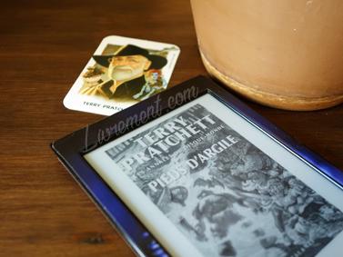 Mise en scène du roman Pieds d'argile de Terry Pratchett blog Livrement