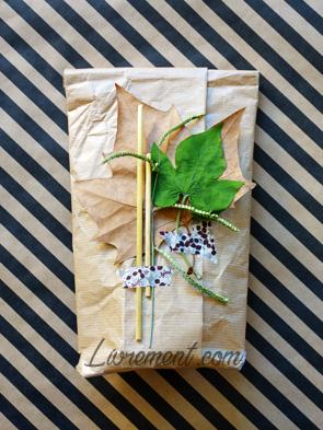 Cadeau décoré avec des feuilles