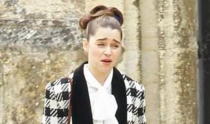Emilia Clarke como Lou