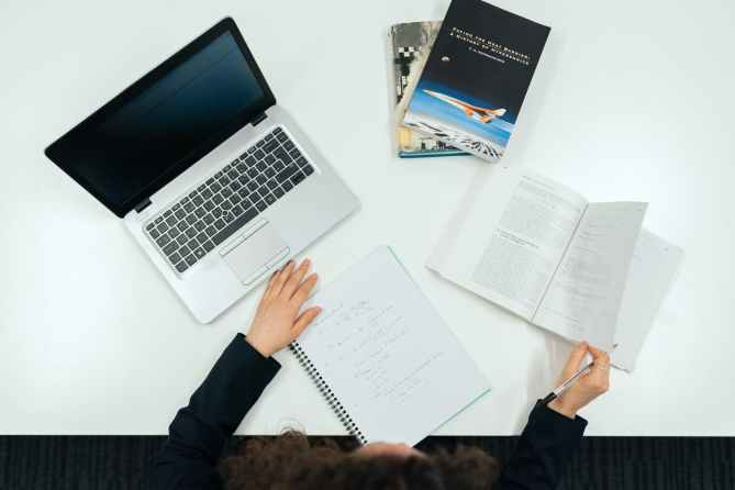 Oficina-ordenador-libros-librea-mujer-mesa-trabajando-anuncio