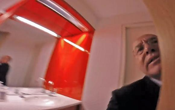 Gregor Gysi wird von David Sheen (nicht im Bild) bedrängt und bis auf die Toilette verfolgt