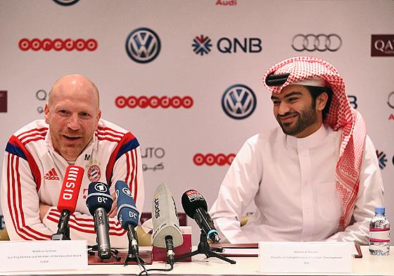 Bayerns Sportvorstand Matthias Sammer und der Chief of Competition and Football Development der Qatar Stars League, Ahmad al-Harami, auf einer gemeinsamen Pressekonferenz, Doha, 11. Januar 2015 (© Getty Images)