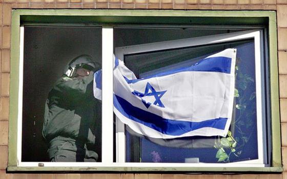 Kapitulation vor dem antisemitischen Mob: Polizisten stürmen eine Wohnung und reißen eine Israelfahne herunter, Duisburg, 10. Januar 2009