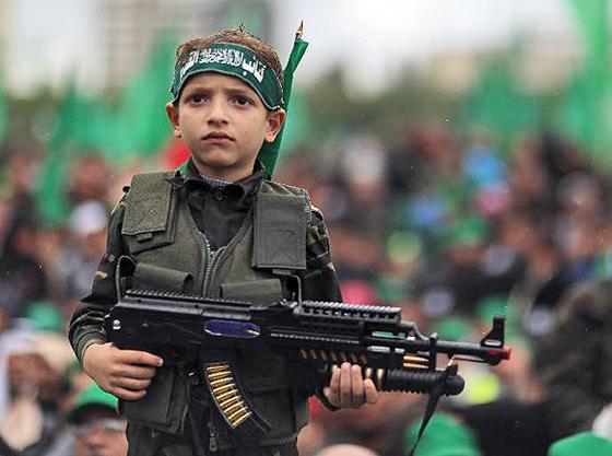 Ein Kind wird auf einer Kundgebung anlässlich des 25. Jahrestages der Gründung der Hamas für die Propaganda der Gotteskriegerpartei missbraucht, Gaza-Stadt, 8. Dezember 2012