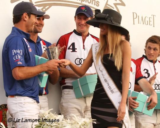 2012 Miss Universe Slovak Republic presents award to Nic Roldan