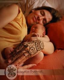 Мехенди сближает молодую маму и ребеночка...