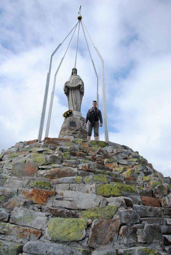На вершине Хомяка установлен памятник Матери Божией