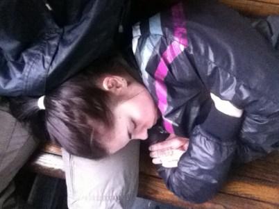 Сплю на деревянной лавке в раритетной электричке Черновцы-Коломыя