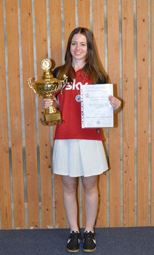 Vivien Höltig mit dem Landesmeisterpokal der weiblichen A-Jugendmannschaften