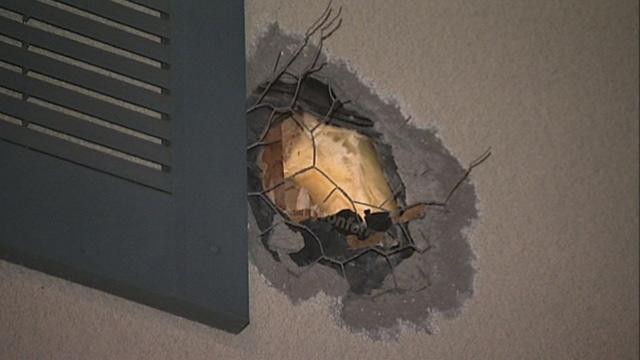 Agujero en la pared exterior de una casa en Cassata Place ocasionado por la bola de cañón.
